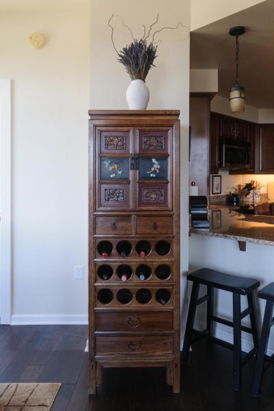 Faragott szekrény bortartóval - konyha / étkező ötlet