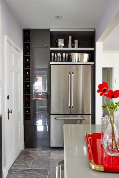 Magasfényű szürke konyhabútor - konyha / étkező ötlet, modern stílusban