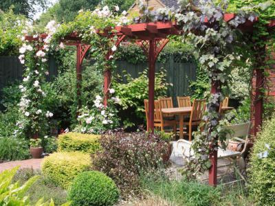Rózsalugas  - kert / udvar ötlet, rusztikus stílusban