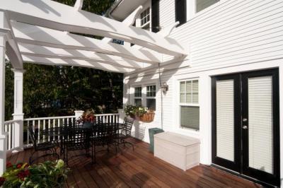 Fehér ház terasza - erkély / terasz ötlet, klasszikus stílusban