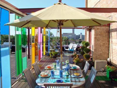 Színes térelválasztó - erkély / terasz ötlet, modern stílusban