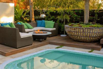Medencés kert - kert / udvar ötlet, modern stílusban