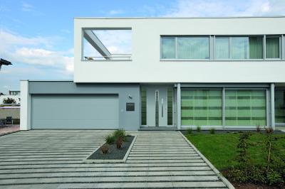 Hörmann szekcionált garázskapu - homlokzat ötlet, modern stílusban