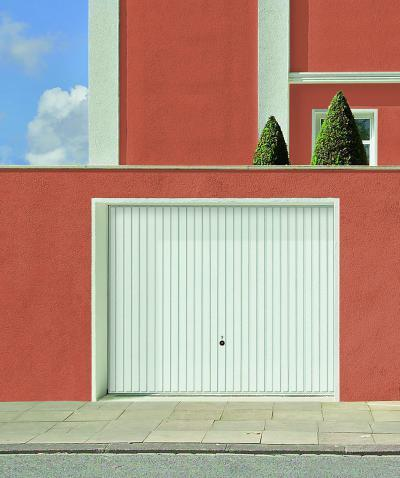 Fehér billenő garázskapu - garázs ötlet, mediterrán stílusban