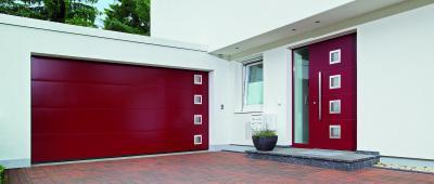 Piros szekcionált garázskapu és bejárati ajtó - garázs ötlet, modern stílusban
