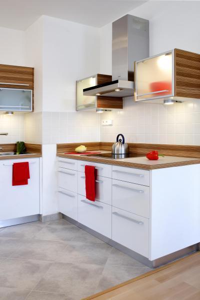 Fehér falak fehér konyhabútorral - konyha / étkező ötlet, modern stílusban
