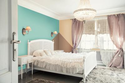 Hálószoba színes fallal - háló ötlet, klasszikus stílusban
