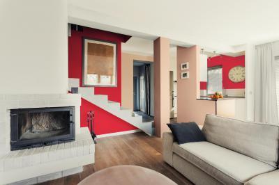 Piros és fehér falak - nappali ötlet, modern stílusban
