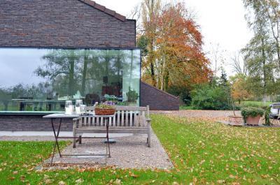 Ház üvegfallal - homlokzat ötlet, modern stílusban