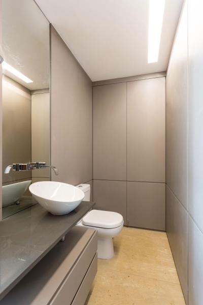 Keskeny szürke burkolatú fürdőszoba - fürdő / WC ötlet, modern stílusban