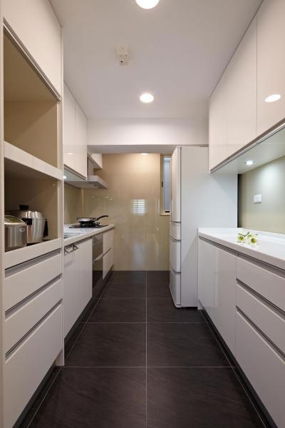 Fehér konyhabútor fekete padlóval - konyha / étkező ötlet, modern stílusban