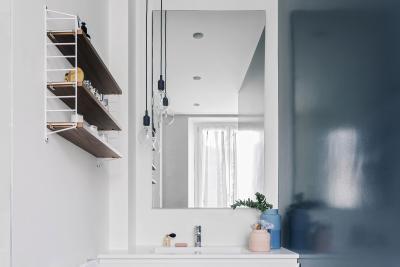 Fehér és sötét falak a fürdőben - fürdő / WC ötlet, modern stílusban
