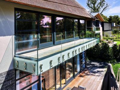 Tágas erkély üvegkorláttal - erkély / terasz ötlet, modern stílusban
