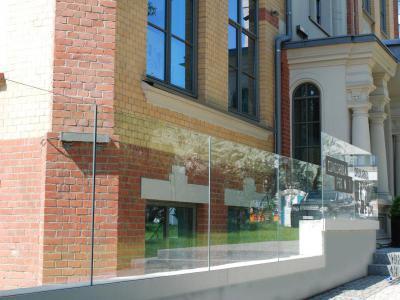 Klasszikus homlokzat üvegkorláttal - homlokzat ötlet, klasszikus stílusban