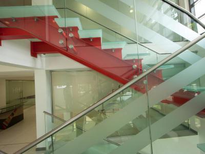 Beltéri lépcső üvegkorláttal - belső továbbiak ötlet, modern stílusban