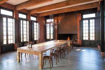 Kastély szerű nappali étkezőasztallal - nappali ötlet, klasszikus stílusban