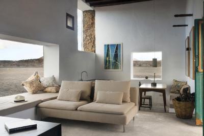 Kanapé az ablak mellett - nappali ötlet, modern stílusban