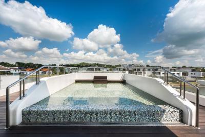 Medence a tetőteraszon - medence / jakuzzi ötlet, modern stílusban