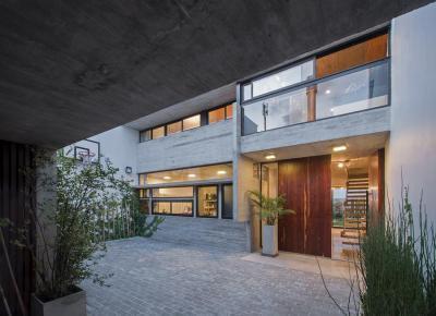 Modern lakóház belső kertje - homlokzat ötlet, modern stílusban