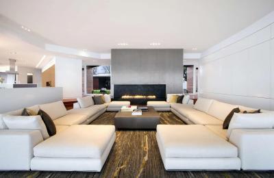 Fehér kanapé a nappaliban - nappali ötlet, modern stílusban