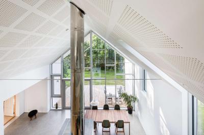 Nagy belmagasság a nappaliban - nappali ötlet, modern stílusban