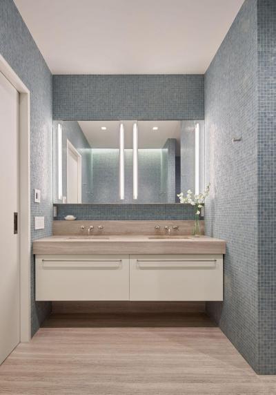 Kék mozaikcsempe a fürdőben - fürdő / WC ötlet, modern stílusban