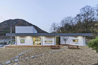 Földszintes modern lakóház - homlokzat ötlet, modern stílusban