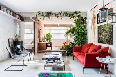 Piros kanapé a nappaliban - nappali ötlet