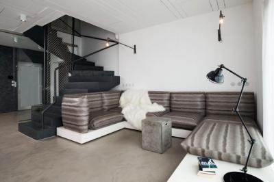 Nappali lépcsővel - nappali ötlet, modern stílusban