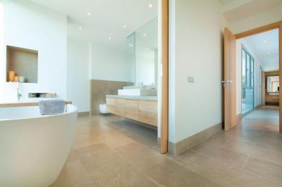 Modern szaniterek a fürdőben - fürdő / WC ötlet, modern stílusban