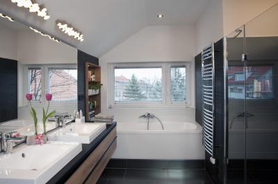 Tágas fürdőszoba zuhanyfülkével - fürdő / WC ötlet, modern stílusban
