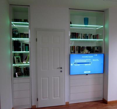 Falmélyedésbe épített tároló - nappali ötlet, modern stílusban
