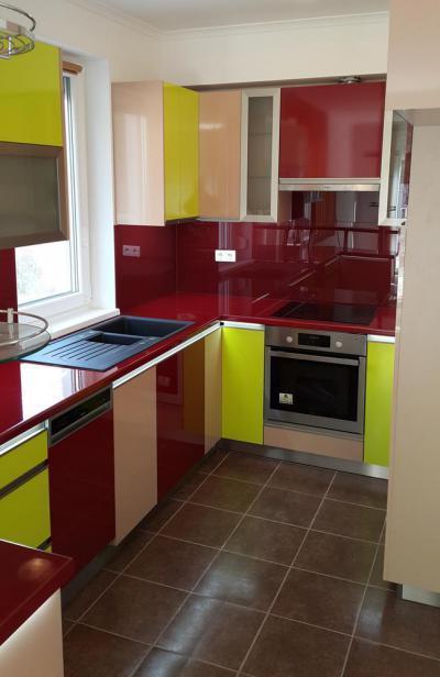 Színes magasfényű konyhabútor - konyha / étkező ötlet, modern stílusban