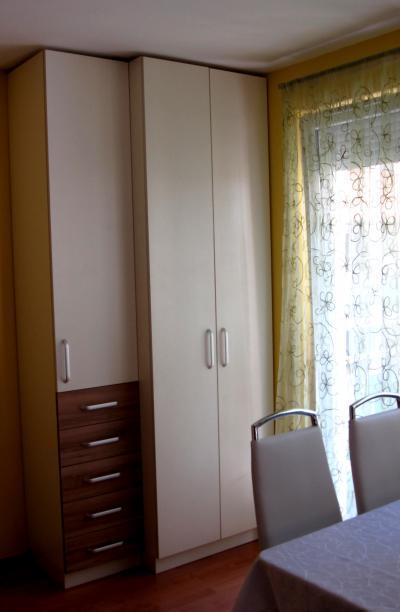 Sarokba épített szekrény - nappali ötlet, modern stílusban