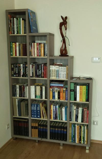 Lépcsőzetes könyvespolc - nappali ötlet, modern stílusban