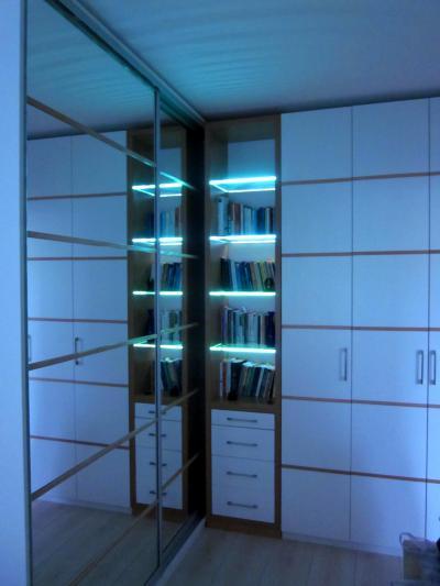 Megvilágított polcok - nappali ötlet, modern stílusban