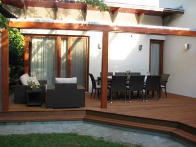 Tágas terasz pergolával és kerti bútorokkal - erkély / terasz ötlet, modern stílusban