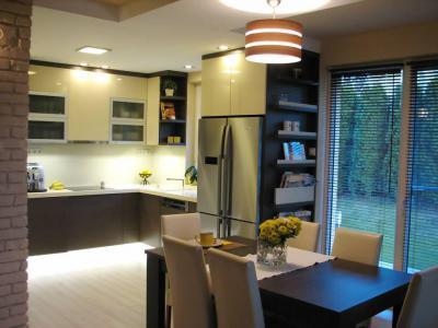Bézs wenge konyhabútor - konyha / étkező ötlet, modern stílusban