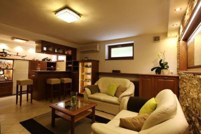 Nappali kőburkolattal és meleg színekkel - nappali ötlet, modern stílusban