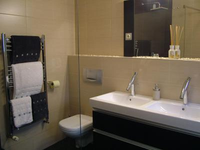 Dupla mosdó a fürdőben - fürdő / WC ötlet, modern stílusban