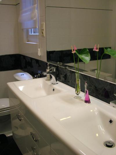 Magasfényű bútorfront a fürdőben - fürdő / WC ötlet, modern stílusban
