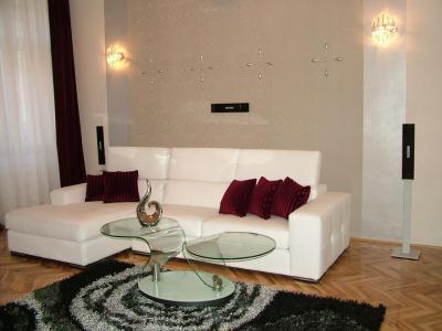 Fehér alap színes kiegészítőkkel - nappali ötlet, modern stílusban