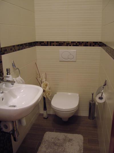 Vécé helyiség mozaikcsempével - fürdő / WC ötlet, modern stílusban