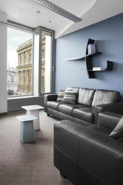Kék fal és design falipolc - nappali ötlet, modern stílusban