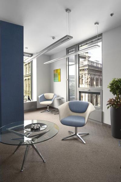 Irodabelső kék fallal - nappali ötlet, modern stílusban