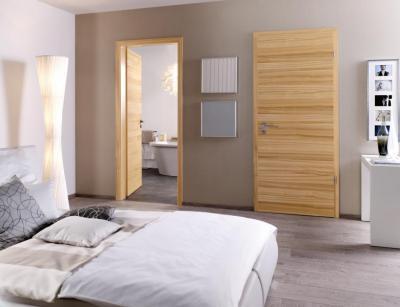 Természetes fafelületet mutató modern beltéri ajtó - háló ötlet, modern stílusban