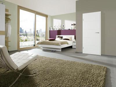 Modern hálószoba fehér beltéri ajtóval - háló ötlet, modern stílusban