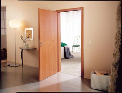 Egyszerű, mégis látványos fa beltéri ajtó - előszoba ötlet, modern stílusban