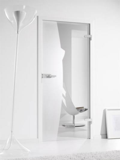 Üvegajtóval átláthatóbb a tér - nappali ötlet, modern stílusban