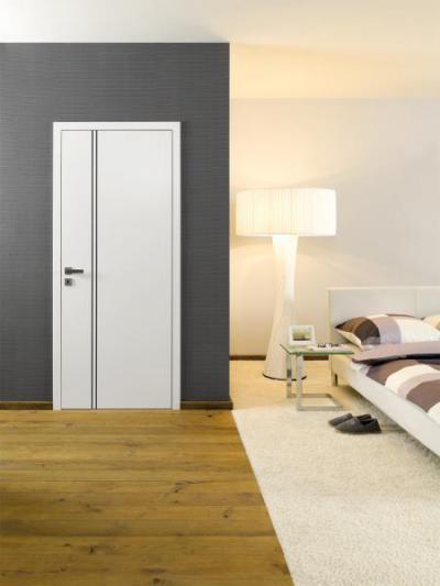 Beltéri ajtó fém díszcsíkkal - háló ötlet, modern stílusban